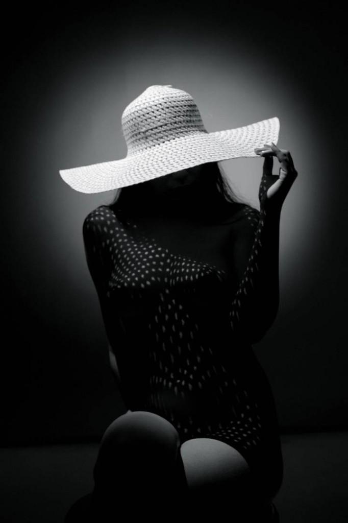 Гола жена с шапка, светлина, сянка, дреха, стол